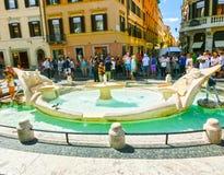Ρώμη, Ιταλία - 10 Σεπτεμβρίου 2015: Η άσχημη πηγή βαρκών από τις εκατοντάδες των τουριστών Στοκ εικόνα με δικαίωμα ελεύθερης χρήσης