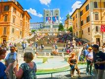 Ρώμη, Ιταλία - 10 Σεπτεμβρίου 2015: Τα ισπανικά βήματα και η άσχημη πηγή βαρκών από τις εκατοντάδες των τουριστών Στοκ Εικόνες