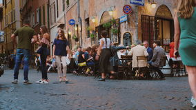 Ρώμη, Ιταλία - τον Ιούνιο του 2017: Ζωή στους δρόμους στο κέντρο της Ρώμης Οι επισκέπτες τρώνε σε έναν καφέ, περπατούν κατά μήκος φιλμ μικρού μήκους