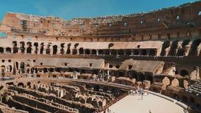Ρώμη, Ιταλία - τον Ιούνιο του 2017: Μέσα στο διάσημο Colosseum στη Ρώμη Οι ομάδες τουριστών επισκέπτονται το διάσημο ορόσημο της  απόθεμα βίντεο