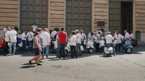 Ρώμη, Ιταλία, τον Ιούνιο του 2017: Μια συνεδρίαση των ανεμιστήρων μηχανικών δίκυκλων Vespa στο κέντρο της Ρώμης απόθεμα βίντεο