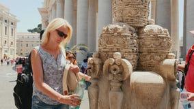 Ρώμη, Ιταλία - τον Ιούνιο του 2017: Οι τουρίστες παίρνουν το πόσιμο νερό από τη βρύση για να αποσβήσουν τη δίψα τους κοντά στο δι απόθεμα βίντεο
