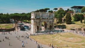 Ρώμη, Ιταλία - τον Ιούνιο του 2017: Arc de Triomphe κοντά στο ρωμαϊκό Colosseum απόθεμα βίντεο