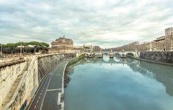 Ρώμη ο ποταμός Tiber και το κάστρο Sant Angelo στο χειμερινό ταξίδι Στοκ Εικόνες
