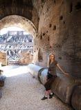 Ρώμη Ο τουρίστας στις καταστροφές του αρχαίου Collosseo Στοκ φωτογραφίες με δικαίωμα ελεύθερης χρήσης