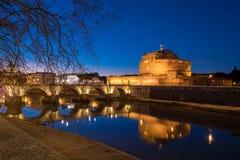 Ρώμη Sant ` Angelo Castle και γέφυρα Αγίου Angelo τή νύχτα Στοκ Εικόνες