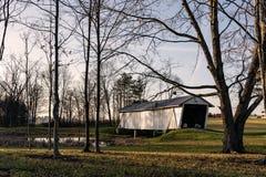 ρ φ Καλυμμένη Baker γέφυρα που πλαισιώνεται από τα δέντρα το χειμώνα στοκ φωτογραφίες