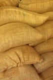 Σάκοι γιούτας που περιέχουν τα ψημένα φασόλια καφέ Στοκ εικόνα με δικαίωμα ελεύθερης χρήσης