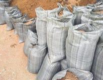 Σάκοι με τα οικοδομικά υλικά - άμμος και αμμοχάλικο στοκ φωτογραφίες