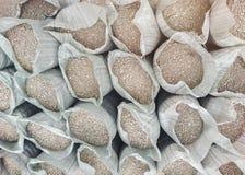 Σάκοι με τα οικοδομικά υλικά - άμμος και αμμοχάλικο στοκ εικόνες