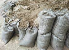 Σάκοι με τα οικοδομικά υλικά - άμμος και αμμοχάλικο στοκ εικόνα