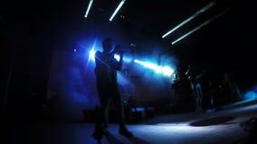 Σάλπιγγα παιχνιδιών μουσικών κινηματογραφήσεων σε πρώτο πλάνο στη σκηνή κάτω από τα φω'τα στο κόμμα απόθεμα βίντεο