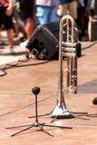 Σάλπιγγα σε ένα ξύλινο στάδιο Σάλπιγγα που στέκεται στο πάτωμα Παρουσίαση της ορχήστρας πνευστ0ών από χαλκό στοκ εικόνες