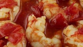 Σάλτσα με τις ντομάτες και τις γαρίδες κερασιών απόθεμα βίντεο
