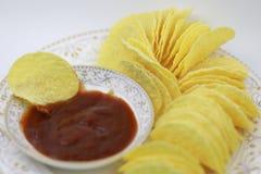 Σάλτσα ντοματών και τσιπ πατατών στο πιάτο Διατροφή, πάχυνση στοκ εικόνα με δικαίωμα ελεύθερης χρήσης