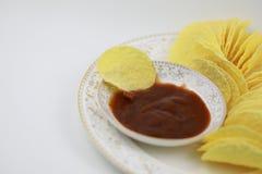 Σάλτσα ντοματών και τσιπ πατατών στο πιάτο Διατροφή, πάχυνση στοκ φωτογραφία με δικαίωμα ελεύθερης χρήσης
