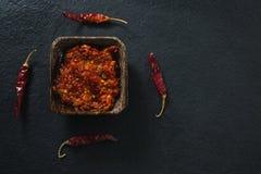 Σάλτσα πιπεριών τσίλι στο κύπελλο με το κόκκινο τσίλι Στοκ φωτογραφία με δικαίωμα ελεύθερης χρήσης
