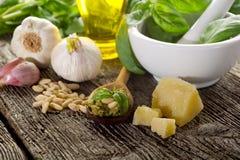 σάλτσα pesto συστατικών στοκ φωτογραφία