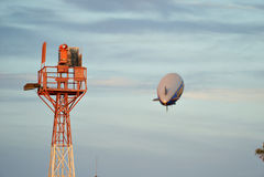 ΣΆΝΤΑ ΜΌΝΙΚΑ, ΚΑΛΙΦΟΡΝΙΑ ΗΠΑ - 7 ΟΚΤΩΒΡΊΟΥ 2016: Το καλό πηδαλιουχούμενο εύκαμπτο αερόστατο Zeppelin έτους πετά πέρα από τον αερο Στοκ φωτογραφίες με δικαίωμα ελεύθερης χρήσης