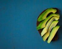 Σάντουιτς αβοκάντο στο σκοτεινό ψωμί σίκαλης Στοκ εικόνες με δικαίωμα ελεύθερης χρήσης