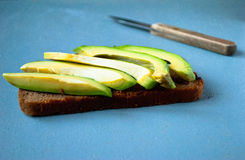 Σάντουιτς αβοκάντο στο σκοτεινό ψωμί σίκαλης Στοκ Φωτογραφίες