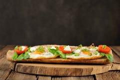 Σάντουιτς αυγών ψωμιού σίκαλης με τις ντομάτες και τα πράσινα Στοκ φωτογραφίες με δικαίωμα ελεύθερης χρήσης