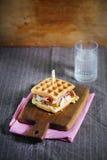 Σάντουιτς βαφλών με το τυρί, το prosciutto και chanterelles, γαστρονομικά Στοκ Εικόνες