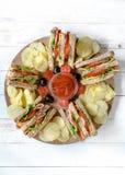 Σάντουιτς λεσχών και τσιπ πατατών στοκ φωτογραφία