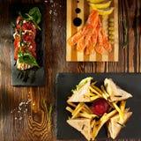 Σάντουιτς λεσχών, σαλάτα Caprese και θεραπευμένος σολομός στοκ εικόνες