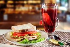 Σάντουιτς και κόκκινο τσάι φρούτων Στοκ εικόνα με δικαίωμα ελεύθερης χρήσης