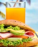 Σάντουιτς και χυμού ποτό και γαλακτοκομείο μέσων πορτοκαλί στοκ φωτογραφία με δικαίωμα ελεύθερης χρήσης
