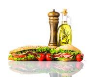 Σάντουιτς και Burger με τα καρυκεύματα που απομονώνονται στο άσπρο υπόβαθρο Στοκ Εικόνα