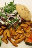 Σάντουιτς Κρέας σάντουιτς kebab Σάντουιτς με τις σφήνες πατατών Στοκ Εικόνα