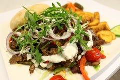 Σάντουιτς Κρέας σάντουιτς kebab Σάντουιτς με τις σφήνες πατατών Στοκ εικόνα με δικαίωμα ελεύθερης χρήσης