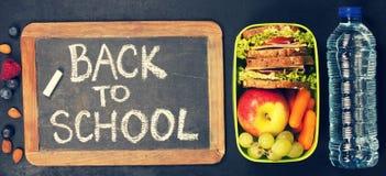 Σάντουιτς, μήλο, σταφύλι, καρότο, μούρο στο πλαστικό καλαθάκι με φαγητό και β Στοκ Εικόνα