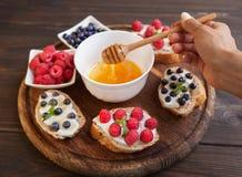 Σάντουιτς με τα μούρα και την κρέμα Στοκ φωτογραφίες με δικαίωμα ελεύθερης χρήσης