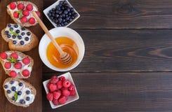 Σάντουιτς με τα μούρα και την κρέμα Στοκ φωτογραφία με δικαίωμα ελεύθερης χρήσης