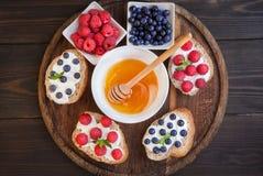 Σάντουιτς με τα μούρα και την κρέμα Στοκ Φωτογραφίες