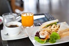 Σάντουιτς με τα τηγανητά και τη σαλάτα Cesar Στοκ Εικόνες