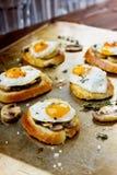 Σάντουιτς με τα τηγανισμένα αυγά, τα μανιτάρια και τη φρυγανιά ορτυκιών Στοκ φωτογραφία με δικαίωμα ελεύθερης χρήσης