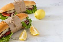 Σάντουιτς με τα τηγανισμένα ψάρια και τα λαχανικά Balik ekmek - τουρκικό φ Στοκ Εικόνες