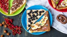 Σάντουιτς με τα φρούτα και τη γλυκιά κρέμα Στοκ Φωτογραφίες