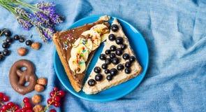 Σάντουιτς με τα φρούτα και τη γλυκιά κρέμα Στοκ φωτογραφία με δικαίωμα ελεύθερης χρήσης