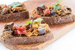Σάντουιτς με τα φύλλα χαβιαριών και μαϊντανού μελιτζάνας στον ξύλινο πίνακα Στοκ εικόνα με δικαίωμα ελεύθερης χρήσης