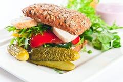 Σάντουιτς με τα ψημένα στη σχάρα λαχανικά και το κοτόπουλο Στοκ Φωτογραφία