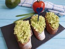 Σάντουιτς με την ντομάτα αβοκάντο στην μπλε ξύλινη γαστρονομία στοκ φωτογραφίες