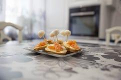 Σάντουιτς με την πέστροφα, το τυρί και τη μοτσαρέλα Στοκ Φωτογραφία