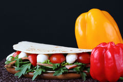 Σάντουιτς με τη μοτσαρέλα και τα φρέσκα λαχανικά Στοκ Εικόνα
