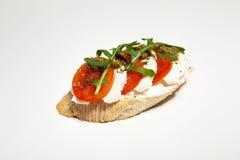 Σάντουιτς με τη μοτσαρέλα, την ντομάτα και το arugula στο άσπρο υπόβαθρο Στοκ εικόνες με δικαίωμα ελεύθερης χρήσης