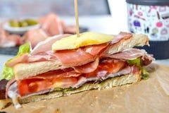 Σάντουιτς με τη σαλάτα, τις ντομάτες, το ζαμπόν και τα κρεμμύδια Στοκ Εικόνες